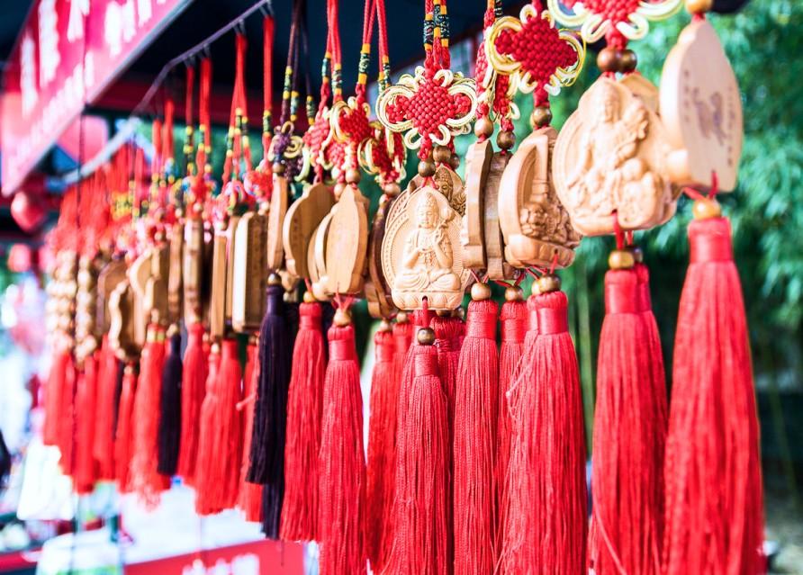 Сувенирные лавки с аутентичными изделиями, местными деликатесами